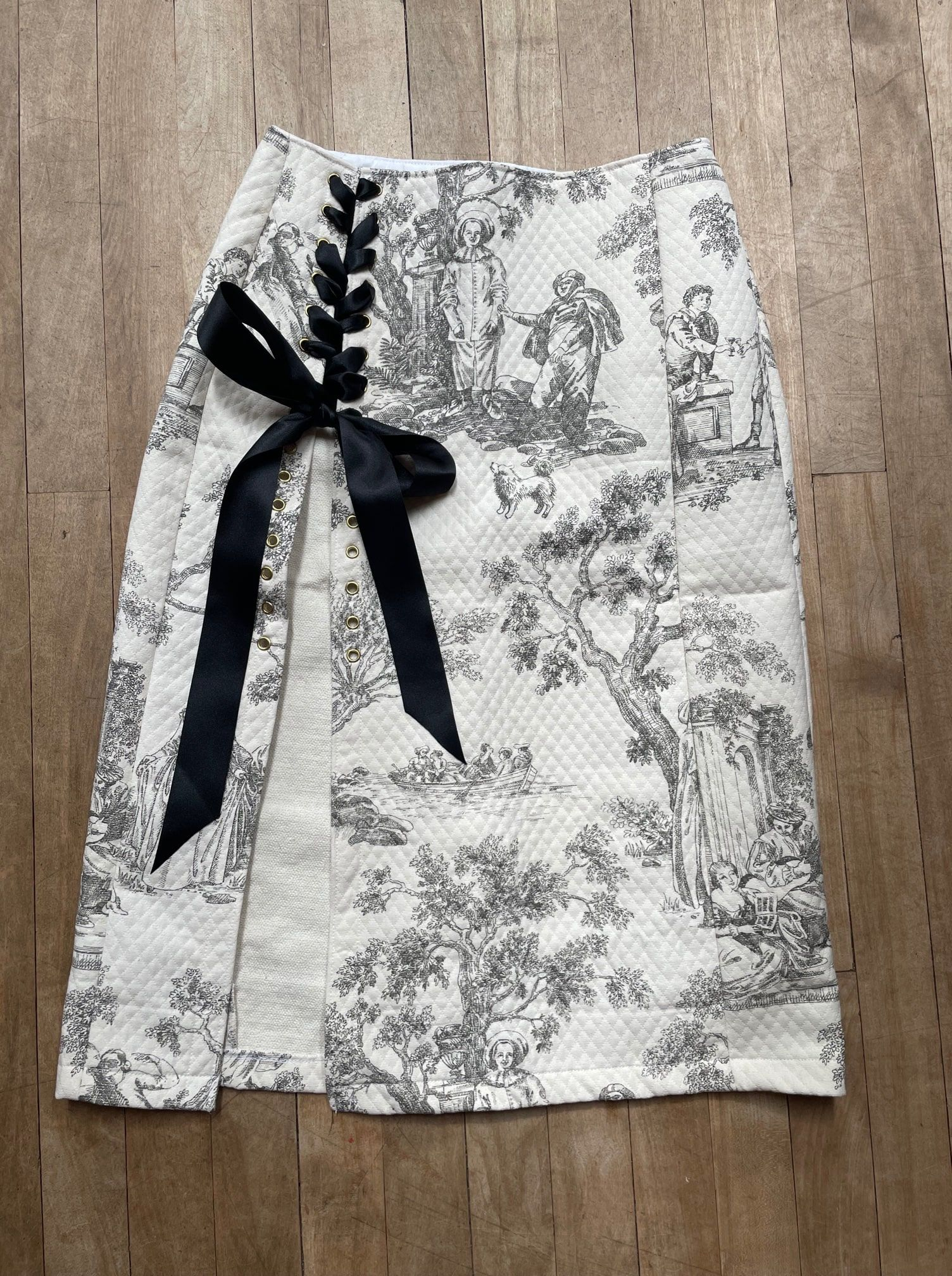 """Grey and White Quilted Toile De Jouy Lace-Up Skirt W28"""""""